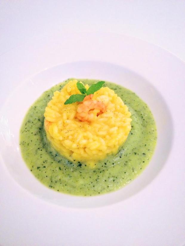 risotto zafferano e gamberi su crema di zucchine